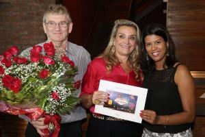 Fátima Brandani (ao centro) recebendo o voucher da viagem para Las Vegas das mãos de Leonardo (novo proprietário da Todeschini RP ) e Marcia (Gerente Comercial)