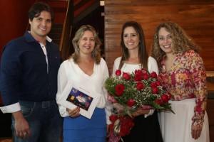 Dani Trovo e Janaina Capelo (ao centro), recebendo um voucher da viagem para Las Vegas das mãos de Arthur e Estefânia, proprietários da Casa Rara, loja participante do programa de fidelidade