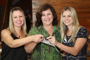 Cristina Simões (ao centro) da Armazém Barroco, loja participante do programa de fidelidade, entrega a chave do VW – Up 0km para o escritório JJ Design, Jaqueline Melo e Juliana Pagano