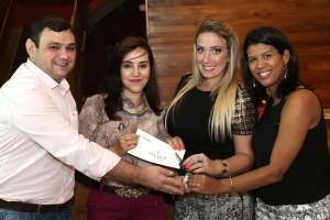 O escritório D Studio, de Renata Bittencourt e Adriana Zein (ao centro), recebe a chave do VW – Up 0km, das mãos do lojista Neudi, novo proprietário da Todeschini RP e da Gerente Comercial Marcia Gomes